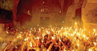 لحظة فيض النور المقدس من قبر السيد المسيح الآن من كنيسة القيامة مباشرة اليكم 2015