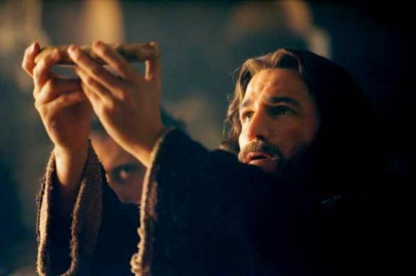 لماذا اعطانا الرب جسده ودمه، وكيف تكون قطعة الخبز هذه جسد الرب؟ سؤال وجواب