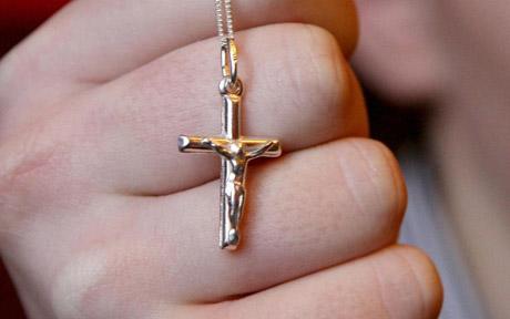 الحكومة السويدية تحقق مع لاجئين سوريين هددوا مسيحيين بالقتل ومنعوهم من إرتداء الصليب