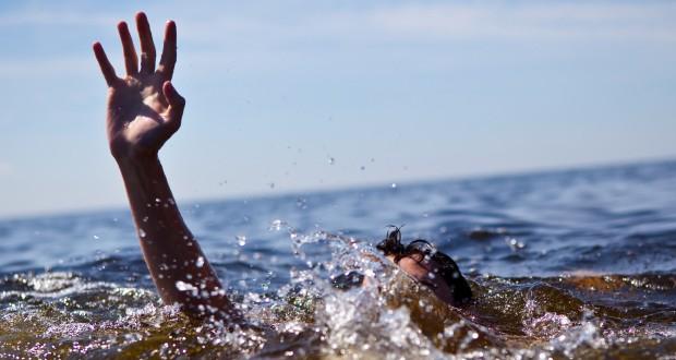 """رجل يمنع رجال الإنقاذ من انتشال ابنته من الغرق """"خوفا على شرفها"""" فتموت الفتاة!"""