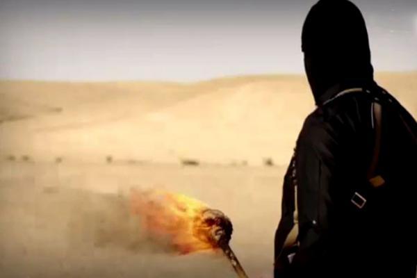 بالصور.. داعش في إحدى فظائعه ..يشوي 4 أشخاص بينهم 3 اشقاء على أرجوحة