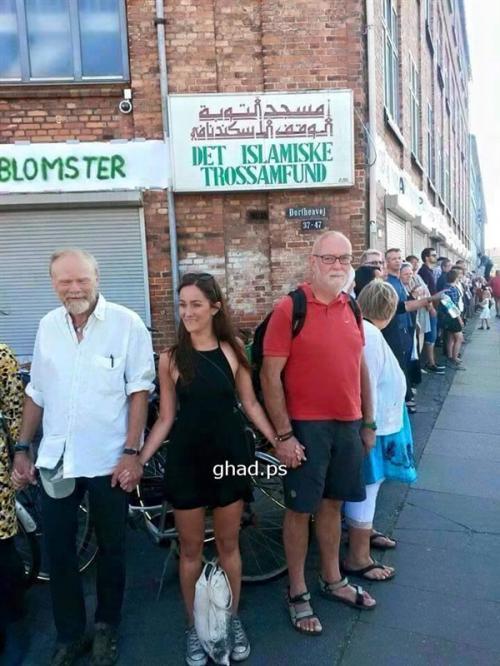 """بالصور   مسيحيون يشكلون درعا بشريا لمنع هدم """"مسجد"""" في الدنمارك"""