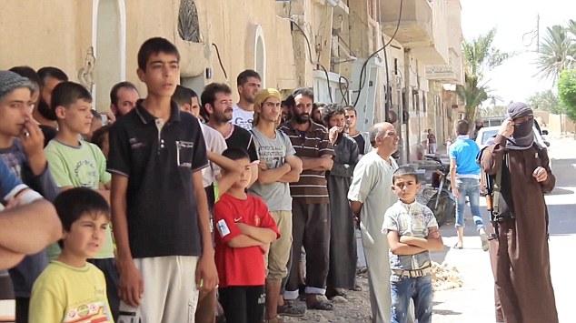 داعش يتهم رجلين بالمثلية الجنسية ويرميهم من أعلى مبنى عالي ثم يرجمهم مع الأطفال!