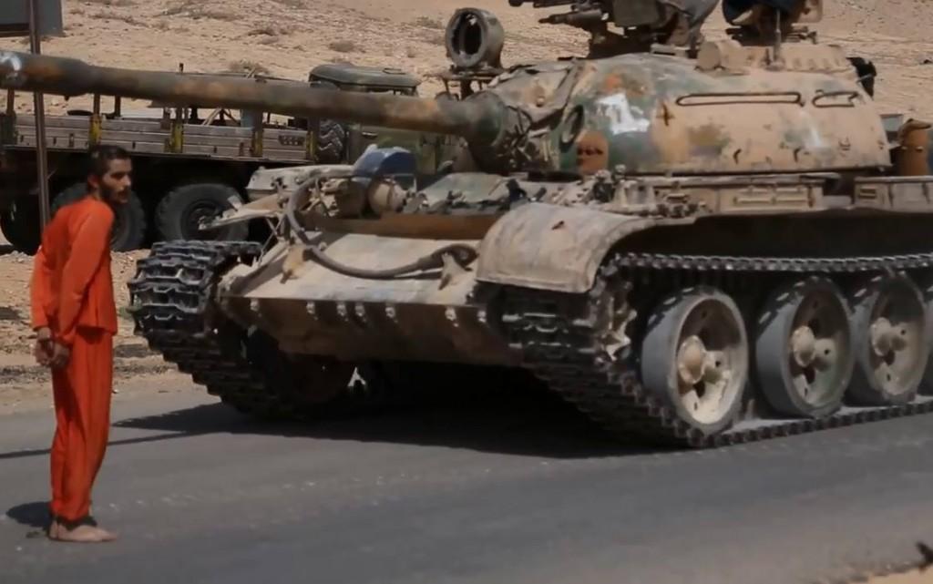 """داعش يعدم الجندي السوري """"فادي"""" """"دهسا بالدبابة"""""""