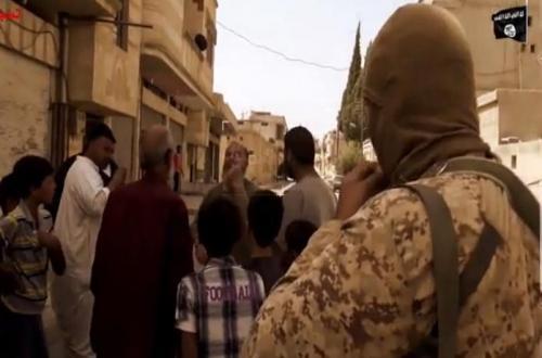 """داعش يعرض مشاهد لمسيحو """"القريتين"""" وهم يدفعون الجزية .. ويوجه رسالة """"خطيرة"""""""