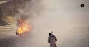 داعش في عدن ينشر فيديو ثاني وجديد لإعدام جماعي للأسرى عن طريق قصفهم بصاروخ