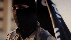 """""""داعشي"""" يعدم أمه أمام حشد في الرقة!"""