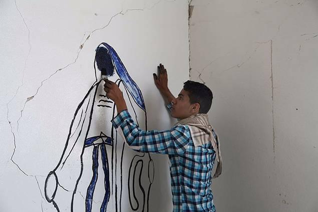"""جاء فرد من داعش إلى الزنزانة قائلاً:""""من رسم العذراء مريم؟ في تلك اللحظة تأكّدت أنها النهاية.. قصة مسلم سوري رسم العذراء في زنزانته"""