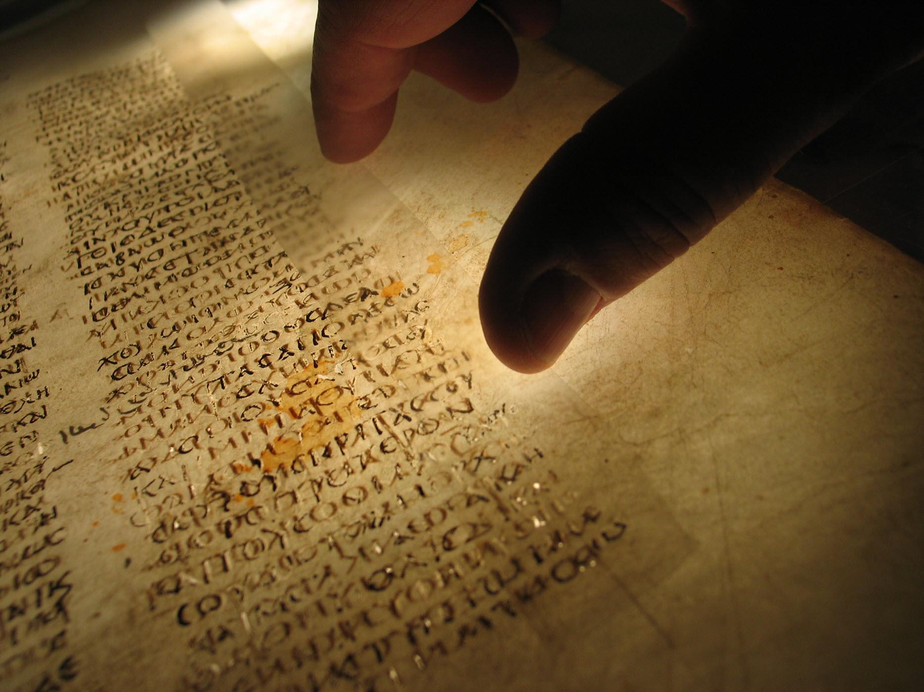 وفرة هائلة في مخطوطات العهد الجديد: كيف يمكننا التأكد من أن ما كتبه الرسل هو ما وصلنا حقًا؟
