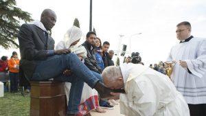 """البابا فرنسيس يغسل أرجل مسلمين ويقول نحن """"إخوة"""""""