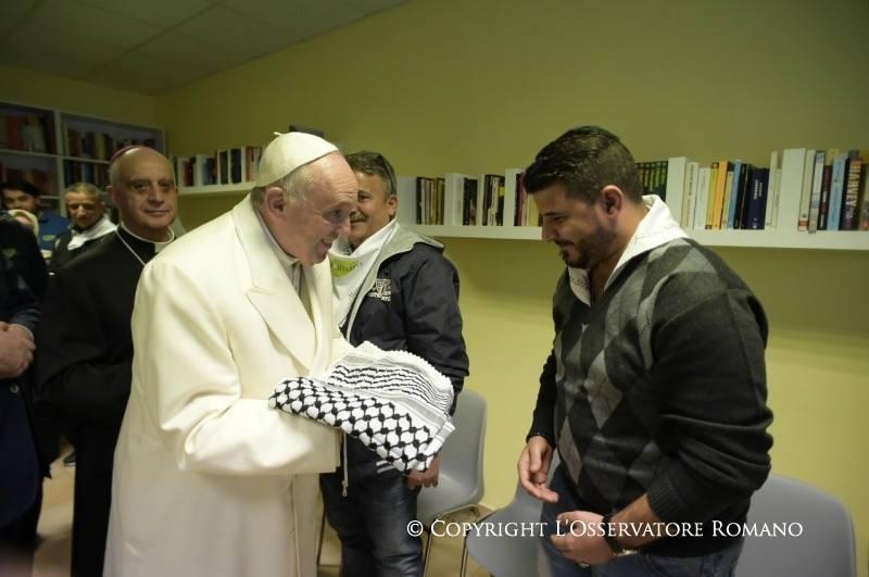 """البابا فرنسيس يغسل أرجل مسلمين ويقول نحن """"إخوة"""" (صور+فيديو)"""