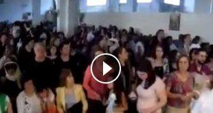 """بالفيديو: قذف كنيسة القديسين بطرس وبولس بالقذائف، والمصلون يصلون """"لان الله معنا"""" دون توقف أو خوف"""