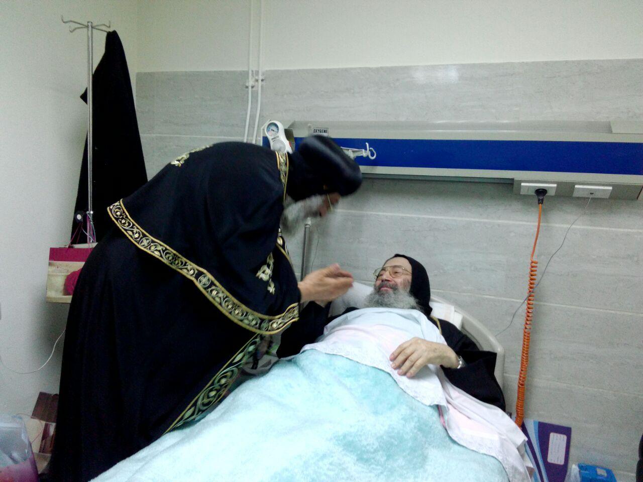 البابا تواضروس يزور الأنبا بيشوي في المستشفى للإطمئنان على صحته