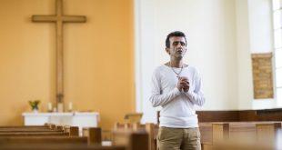 ألمانيا تقيم مراسم تعميد جماعي لآلاف اللاجئين المسلمين المتحولين للمسيحية