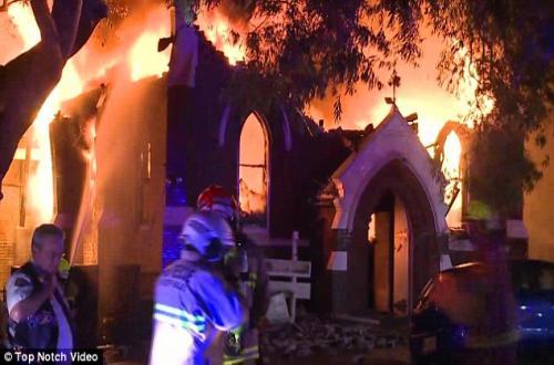 بالصور.. حريق هائل يقضى على كنيسة أرثوذكسية بسيدني