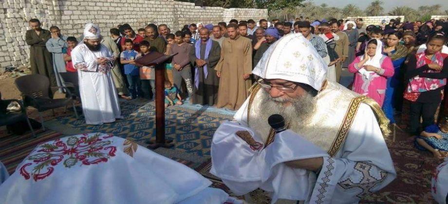 إحدى قرى سوهاج يصلون في كنيسة بلا سقف ويعانون من حرارة الصيف وبرودة الشتاء
