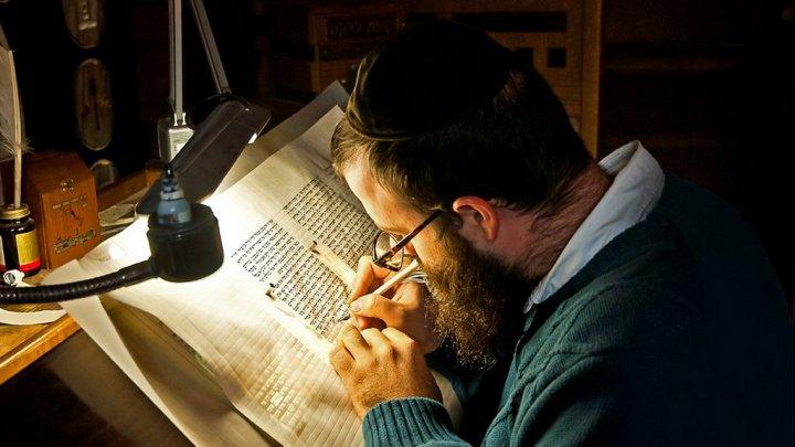 العلماء يتمكنون من قراءة أقدم مخطوطة توراتية دون فتحها تعود إلى 15 قرنًا