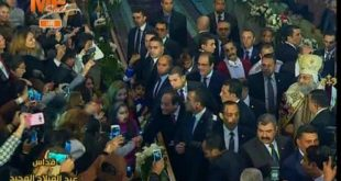 الأقباط يستقبلون الرئيس السيسي بـ الورود فور وصوله الكاتدرائية