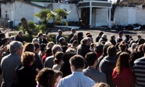 يهود أمريكيون يسلمون مسلمى تكساس مفاتيح معبد للصلاة فيه بعد احتراق مسجد
