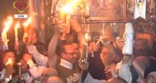 لحظة خروج النور المقدس من قبر السيد المسيح بكنيسة القيام 2017
