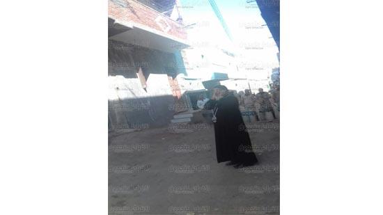 بالصور منع كاهن كنيسة بالمنيا من الدخول للصلاة ويقف أمام الحواجز الأمنية