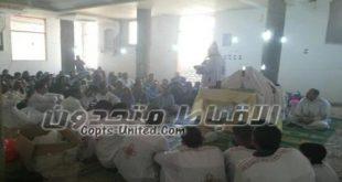 اعتصام كاهن قرية الشيخ علاء بعد غلق كنيسته ومنع دخول الأقباط