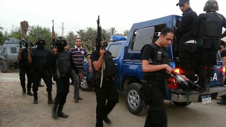 الشرطة تحاصر إرهابى داخل منزل بعد هجوم كنيسة حلوان.. وتحذيرات عبر مكبرات صوت للأهالي بعدم الخروج