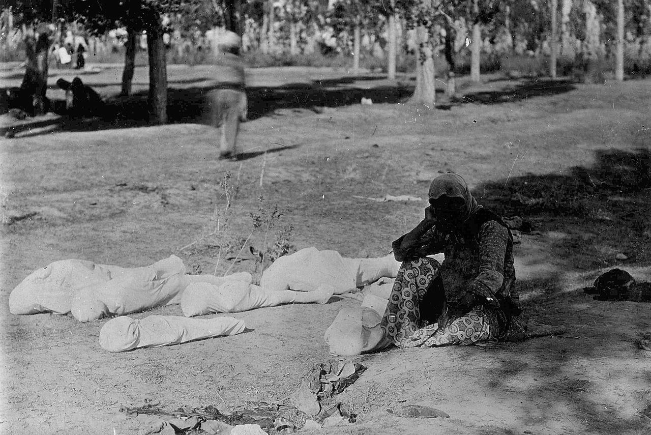 أم أرمنية تبكي أطفالها الخمسة ضحايا المذبحة (وكيميديا)