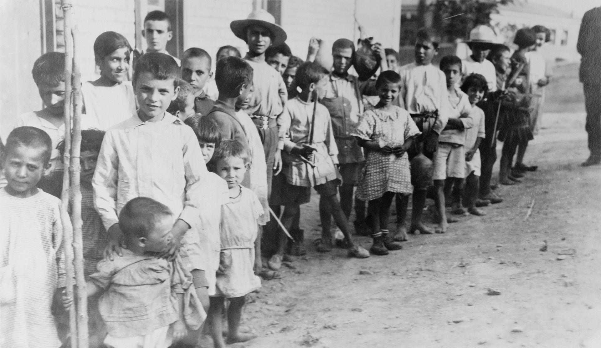 أطفال أرمن لاجئون بالقرب من أثينا عام 1923 بعد تبادل السكان بين اليونان وتركيا (وكيميديا)