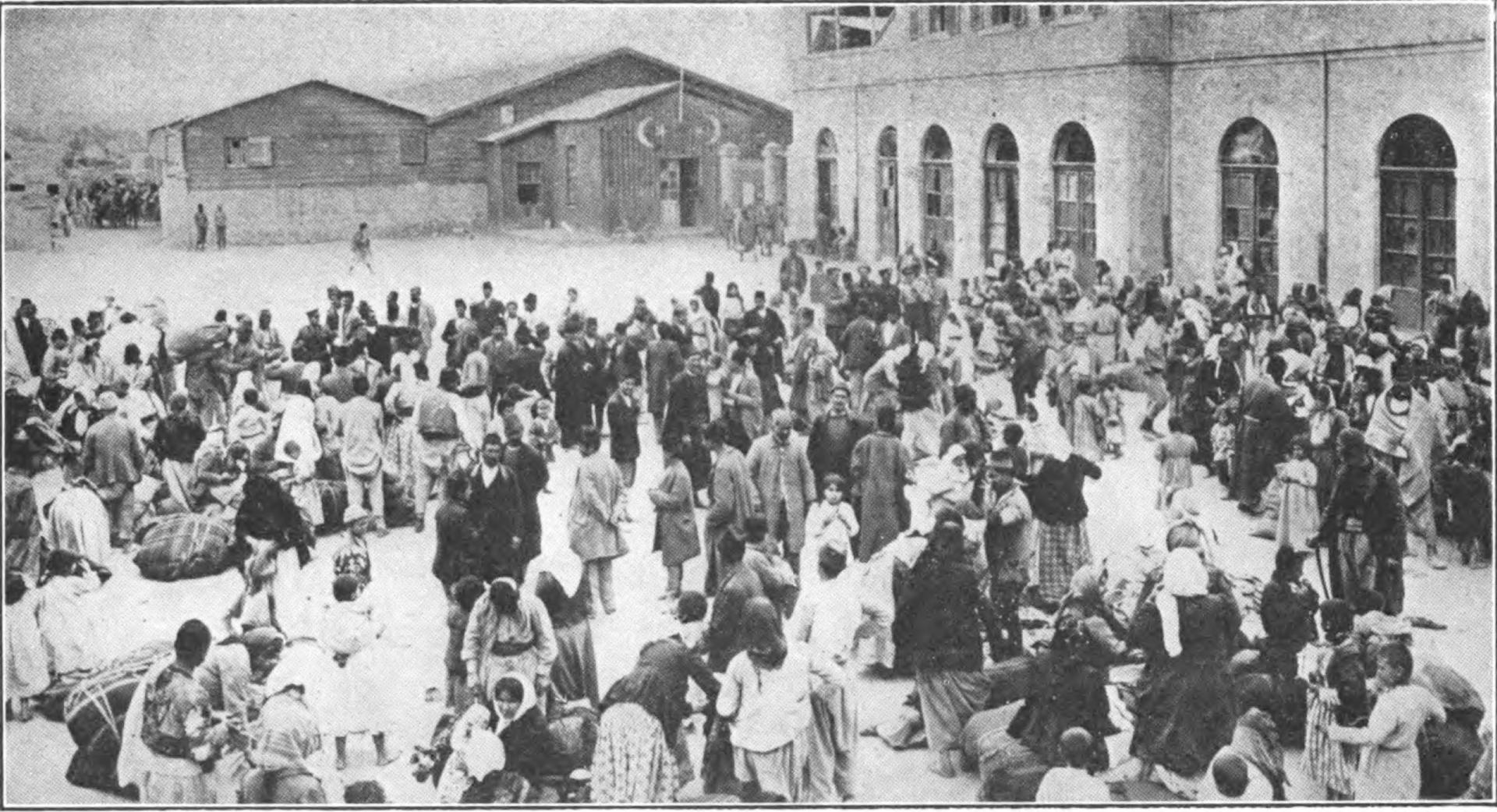 تجمع الأرمن في الميدان الرئيسي للمدينة بأمر من السلطات لترحيلهم لكن ذبحوا في النهاية (وكيميديا)
