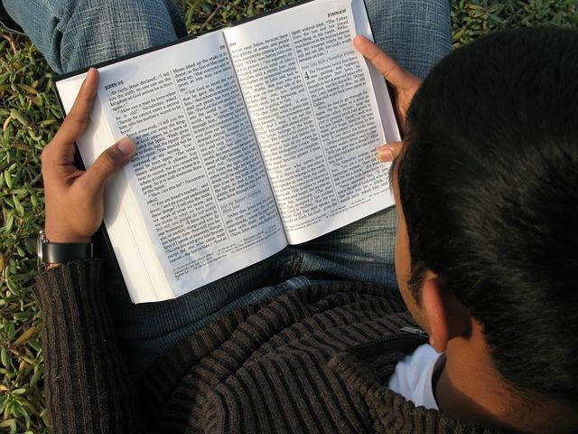 كيف نعرف من هم كتبة الأناجيل؟ تيموثي بول جونز - ترجمة: مينا كرم